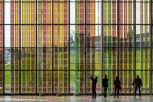 Transparente PV-Module mit Gratzel-Zellen an der Westfassade des Kongresszentrums der Ecole Polytechnique Fédérale de Lausanne (EPFL) - siehe auch DBZ 4/2015