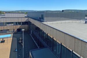 In die Südfasade der Schule Bjørkelangen in Norwegen sind Solarkollektoren integriert, die das Warmwasser der Schule vorheizen.