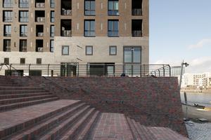 Der für den Baakenhafen gewählte rotbunte Klinker verkleidet den Sockel am Petersenkai. Hinter ihm liegen die zweigeschossigen Tiefgaragen.