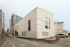 """links: Über den neuen Bertha-Pappenheim-Platz gelangt man vom Neubau unterirdisch zum Palais. Rechts: Am Wall zwischen Schauspiel (links) und """"Nationalhaus"""" (Hochhaus)"""