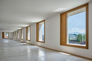 Der relativ geringe Anteil der Fensterflächen sorgt dafür, dass der Lichtstrom in Fensternähe gegenüber dem in 4,5 m Raumtiefe nicht zu groß wird. Das entlastet sowohl die NutzerInnen durch die geringere Anstrengung der Augen, als auch den Stromverbrauch durch weniger Bedarf bei der Raumbeleuchtung und sorgt zugleich für eine bessere Wahrnehmung des Raums