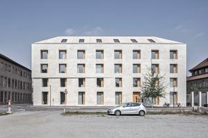 """Das viergeschossige Volumen des Bürogebäude """"Emmenweid 2226"""" erscheint monolithisch durch die Art des Fassadenaufbaus und des Daches mit seiner geringen Neigung. Die Außenwände aus Ziegelmauerwerk sind mit einem Putz aus gelöschtem Kalk überzogen, der durch die Aufnahme von Kohlendioxid härtet"""