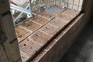 Der zweischichtige Aufbau der Außenwände besteht aus jeweils 36,5cm dicken Ziegeln, versetzt gemauert und durch eine 2cm dicke Mörtelschicht verbunden. Die innere Schale trägt, die äußere isoliert
