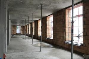 Die dicken Außenwände dienen dazu, den Transmissionswärmeverlust durch die Trägheit der Masse zu minimieren. Die Speichermasse wird durch die Innenwände und Decken gebildet