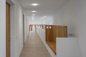 Im Inneren lassen kleine feine Details aus dem aufs Minimum reduzierten Raumprogramm großzügige Räume werden. Sei es durch den durchgängig verlegten einfachen Naturstein aus Jurakalk oder dem warmen Eichenholz für Einbauten, Möbel, Fenster und Türen