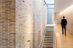 Die verbliebenen Außenmauern des alten Theaters machen es möglich, das ursprüngliche Volumen zu begreifen