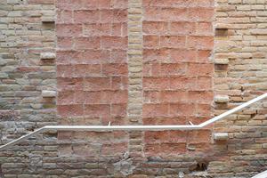 Risse, Leerstellen und die zum Teil abgebröckelten Fassaden der alten Bausubstanz blieben weitgehend unberührt, wurden nur vor weiterem Verfall geschützt