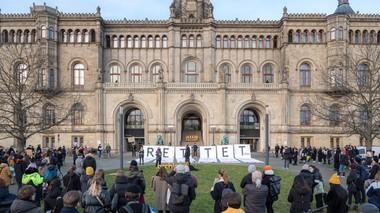 """""""Rettet das archland"""" Banner vor dem Welfenschloss"""