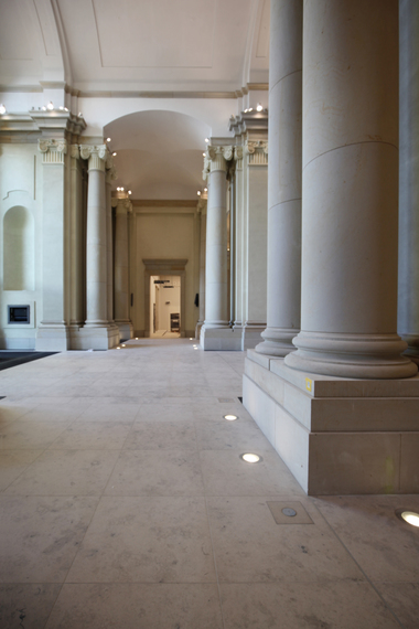 """Links gehts hinaus zum Schlossplatz, rechts hinein in die Agora. Im Rücken des Fotografen geht es in den """"Schlosskeller"""", dem zurzeit einzigen Raum, in dem die Ausstellung komplett ist. Hier werden unter niedrig dräuender Decke Devotionalien des Schlosses präsentiert, der Versorgungsschacht für den ehemaligen Palast der Republik sichtbar gemachte sowie die Sprenglöcher gezeigt, in der das Dynamit zur Schlosssprengung 1950 detonierte"""
