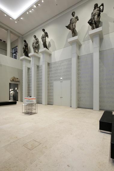 Säulenheilige im Skulpturensaal, unten die Plexisglasbox, in die die Mitglieder der Volkskammer am 23. August 1990 ihre Stimmzettel einwarfen und am Ende mit 294 zu 62 Stimmen für den Beitritt der DDR zur Bundesrepublik Deutschland stimmten. Gänsehaut!