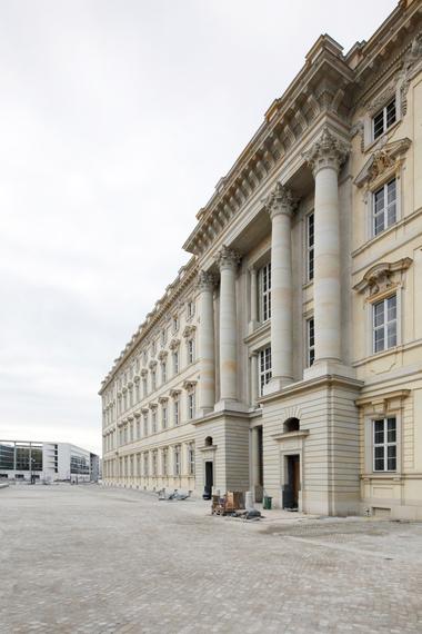 Südfassade mit Portal II, Blick Richtung Westen auf das Auswärtige Amt (Arch.: Kollhoff - Müller/Reimann)
