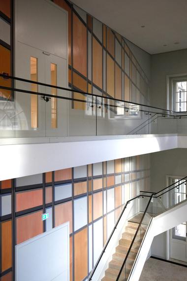 """Im Nebentreppenhaus über Portal V realisierte der Berliner Künstler Tim Trantenroth die Arbeit """"o.T."""", die schnell als eine Reaktion auf die Fassade des Palastes der Republik zu erkennen ist"""