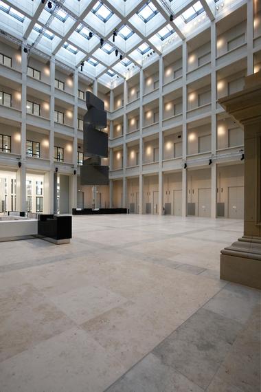 Blick zurück Richtung Zugang Agora von der Passage aus. In der Ecke hinten ein digital gesteuerter Turm mit Monitoren zur Anzeige aktueller Dinge im Forum