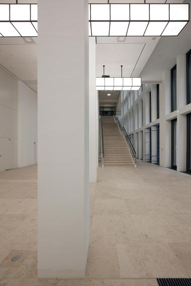 Treppenhaus von größter Schlichtheit (Tristess?), Beleuchtung von Lichtvision Design & Engineering, Berlin