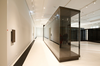 Ausstellungsvitrinen der unterschiedlichsten Art, jede mit eigener Beleuchtung. Was auch heißt, dass das  hier gezeigte Tages-/Kunstlichtniveau deutlich heruntergefahren wird
