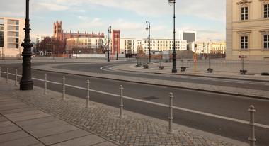 In Richtung Schinkelplatz mit Bauakademie-Rest, Friedrichswerdersche Kirche, Humboldt-Universität und Wohnbauten