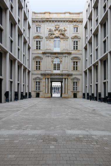 """""""Schlossforum"""" genannte Passage in Richtung Süden: Dieser Teil des Entwurfs Franco Stellas wurde nicht selten als das Beste aus dem Ganzen hervorgehoben"""