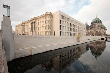 Blick von der Rathausbrücke auf Süd- und Ostfassade. Rechts der Berliner Dom