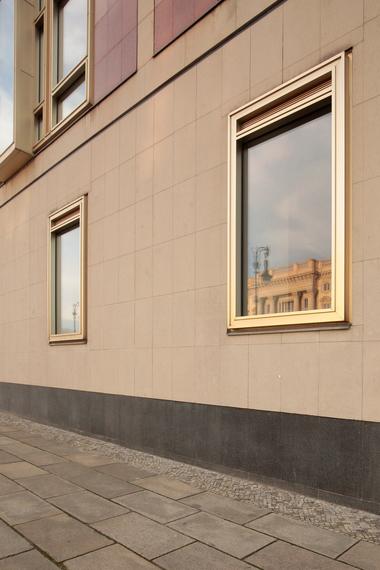 """Schlossspiegelung auf dem schön gerahmten Fenster des """"Roten Schlosses"""" gegenüber"""