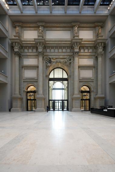 """Geradeaus geht es in das """"Agora"""" geannte Atrium mit überwältigender Höhe. Geradeaus Portal III, Blick auf Bauakademieverweise etc."""