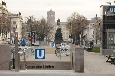 Die zugebaute und von Baustellen verstopfte Straße Unter den Linden, die mit dem schräg zur Achse gestellten Schlossbau im Osten endet. Hinter dem Schloss der Turm des Roten Rathaus