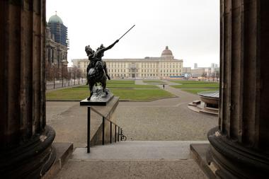 Blick aus den Kolonnaden des Alten Museums von Schinkel über den Lustgarten zum Schloss