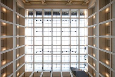 Das Glasdach der Agora wird mit ca. 30 m langen und 1,8 m hohen Stahlträgern überspannt