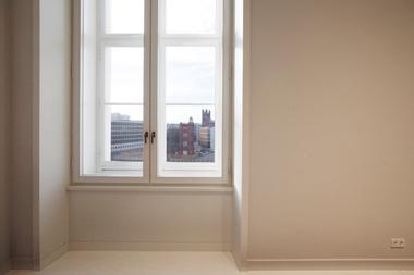 Ungehinderter Ausblick auf die im Westen liegenden Bauakademie-Reminiszenzen sowie die Luxus-Wohnenbebauung am Schinkelplatz von  Rafael Moneo. Seine leuchtende Steinfassade kommt aus einem spanischen Steinbruch, der vor Jahrhunderten die Alhambra bediente