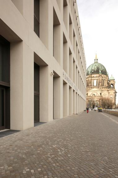 Eingang Ost: Von hier aus gelangt man sehr dezent in den Skulpturensaal und den Schlüterhof
