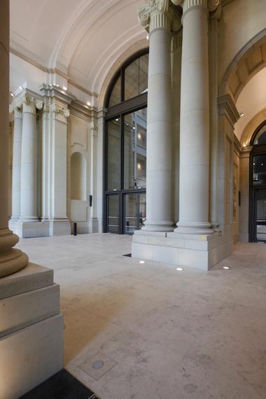 Diese Säulen im Foyer vor der Agora tragen - wie schon ihre antiken Schwestern zumeist - nur sich selbst