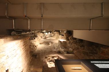 Kellergeschoss: Hier kann man durch die alten Schlossfundamente wandeln, Schlossdevotionalien anschauen und die Sprenglöcher bestaunen, in denen das dort untergebrachte Dynamit dem stark beschädigten aber nicht verlorenen Schloss 1950 den Rest gaben