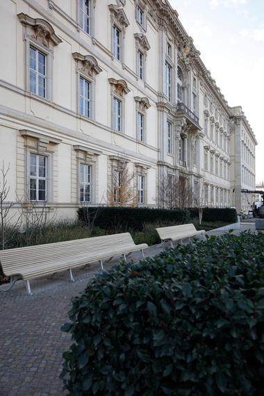 Die direkt dem Schloss anliegenden Gärten könnten den Neubau in den Stadtraum einbinden (zum Lustgarten hin). BBZ Landschaftsarchitekten haben hier Terrassen mit 1,8 m über Platzniveau geplant und realisiert, die eine breite Vegetationsvielfalt präsentieren werden. Und lange Sitzbänke ... die in den Höfen fehlen
