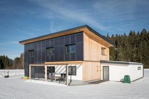 Vorzeigeprojekt unter den Solarhäusern: Mit 50 m2 Kollektorfläche in der Südostfassade sowie 6 m3 Pufferspeicher erreichte das Solarhaus Schindl eine solare Deckung von sogar 95 % im Jahr des Monitorings. Das Gebäude hat 213 m2 Wohnfläche und einen jährlichen spezifischen Heizwärmebedarf von 34 kWh/m2.
