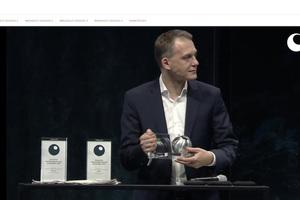 Geschäftsführer der Stadtsiedlung Heilbronn, Dominik Buchta nimmt die Auszeichnung Corona-gerecht entgegen