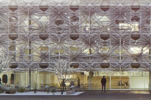 Die Fassade aus Kohlenstoff- und Glasfasern repräsentiert die Innovationskraft und Zukunftsfähigkeit faserbasierter Werkstoffe und textiler Techniken