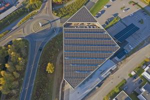 Die große geneigte Dachfläche ist mit Solarpanels bestückt, die im Jahr 256000kWh Strom erzeugen