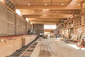 Das Bauwerk ist gleichzeitig Produktionsstätte für vorgefertigte Stampflehmelemente und Anschauungsobjekt verschiedener Bautechniken im Lehm- und Holzbau