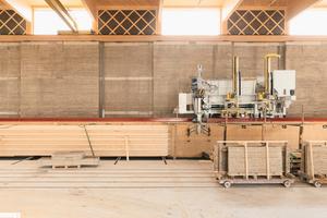 Die Maschine Roberta stampft halbautomatisiert, lagenweise einen kompletten bis zu 40m langen Lehmblock