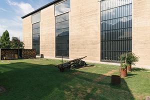 """<irspacing style=""""letter-spacing: 0em;"""">Eine Außenwand der fast fertigen ERDEN Werkhalle</irspacing>. Sonnenenergie dient als Hauptwärmequelle für die primäre Bauteilaktivierung"""