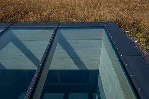 Um eine natürliche Beleuchtung zu kreieren, entschieden sich die Planer für zwei Glasdächer PR60 von LAMILUX. Das Glasdach bringt über das Wärmeschutzisolierglas viel Tageslicht ins Gebäude. Auf der einen Seite spart der Gebäudebetreiber hierdurch Strom, auf der anderen wird der Wärmeverlust durch die Rahmenkonstruktion verringert. Die Materialien des Oberlichts sind sehr langlebig und darüber hinaus größtenteils recyclebar