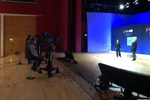 Fernsehkameras zeichnen die Preisbekanntgabe aus allen Perspektiven auf ... Auch das wird wirken!