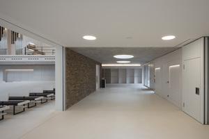 Die eingeschossigen Gebäudeteile der Neuapostolischen Kirche Böblingen nehmen die Mehrzweckräume und das Foyer in sich auf. a+r Architekten ist gelungen, im gesamten Gebäude einen fließenden Übergang vom sakralen in den öffentlichen Raum zu schaffen