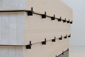 Besonders feinsinnig sind verschiedene, von a+r Architekten entwickelte Detaillösungen für die Neuapostolische Kirche Böblingen, die in nachhaltiger Bauweise errichtet wurde. Das Gestaltungskonzept des Altars nimmt durch seine geschichteten Holzbalken Bezug zum Tragwerk auf