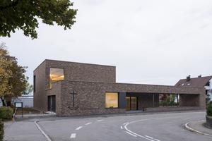 Die von a+r Architekten geplante Neuapostolische Kirche Böblingen integriert sich mit ihrer charaktervollen Klinkerfassade harmonisch in das bauliche Umfeld und stellt Bezüge zu den umliegenden Gebäuden her