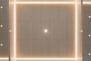 In der maßvollen Inszenierung der Inenräume der Neuapostolischen Kirche Böblingen bekommt auch der Umgang mit der Beleuchtung eine tragende Rolle. So fasziniert das gekonnte Spiel des natürlichen Lichts mit dem wirkungsvoll inszenierten Kunstlicht. Unter anderem setzten a+r Architekten im Sakralraum Lichtbänder ein, die Teile des Innenraums akzentuieren