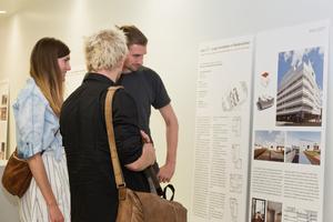 """Besucher der Ausstellung """"max 45 – 2017"""" in Hannover"""