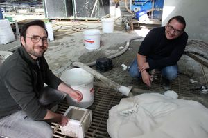 Produktion des NRG-Foam im semiindustriellen Maßstab (links: Dr. Christoph Mankel, TU Darmstadt; rechts: Dr. Frank Röser, Röser Ingenieurbeton)