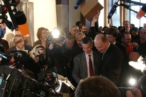 29.11.2008: Bauherrenvertreter Bundesminister für Verkehr etc. Wolfgang Tiefensee und Juryvorsitzender Vittorio Magnago Lampugnani heben den Karton und enthüllen den Franco Stella: Es ist ein Schloss!