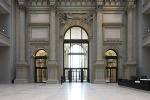 Das gigantische Foyer - auch Forum genannt - wartet hinter Portal III in der Westfassade auf eine angemessen großartige Füllung