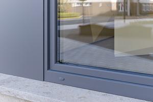 Bei den Fenstern setzt VEKA auf sein Hochleistungsprofil VEKA SOFTLINE 82 MD. Insgesamt 210 Dreh-Kipp-Fenster mit Dreifachverglasung vereinen hohe Alltagstauglichkeit, leichtgängige Funktionalität und Langlebigkeit. Die Profile sind in Weiß ausgeführt, um im Inneren die gewünschte Helligkeit zu unterstützen. Außen sorgt die VEKA SPECTRAL Oberflächenbeschichtung in ultramatter Optik dafür, dass das Farbkonzept der Fassade aufgegriffen wird